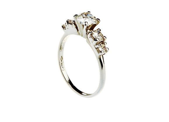Klasyczny pierścionek z brylantami