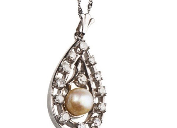 Naszyjnik z diamentami i perłą