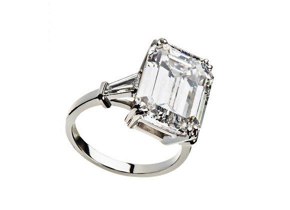 Pierścionek z centralnym diamentem w szlifie emerald z bocznymi diamentami