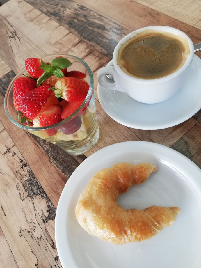 café fruta medialuna