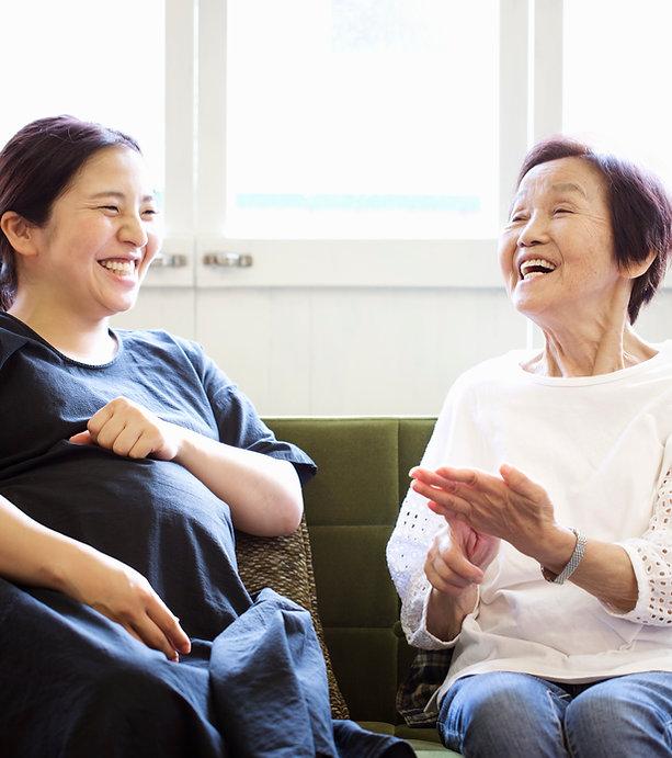 Femme enceinte asiatique avec la mère