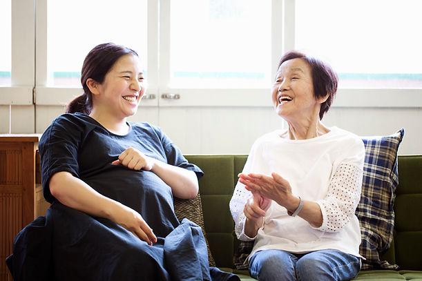 Mulher asiática grávida com a Mãe