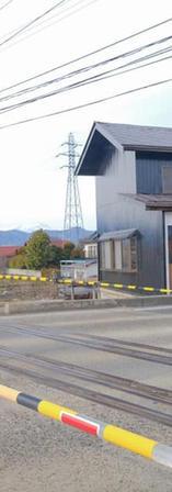 村山駅の踏切横