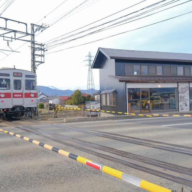 長野電鉄村山駅の踏切横