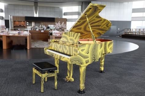 草間彌生がデザインしたピアノ