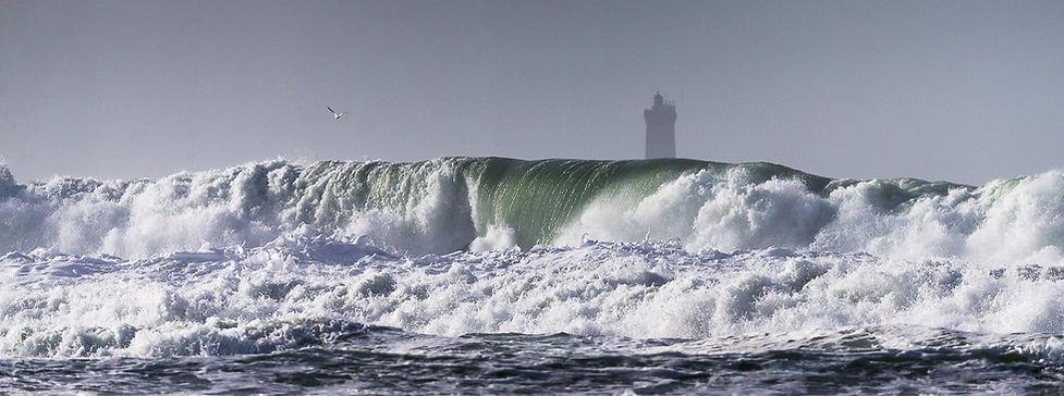 Panorama sur le phare de la Vieille avec des vagues déferlantes au premier plan à la Pointe Finistère en Bretagne