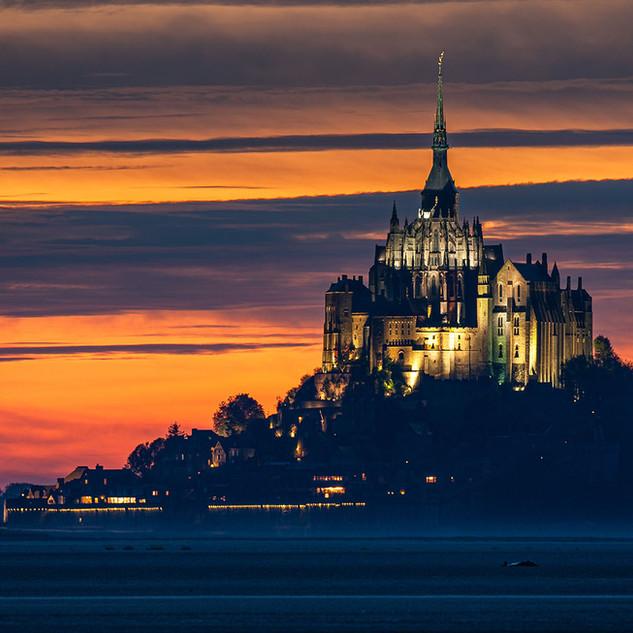 Mont-Saint-Michel à la tombée de la nuit