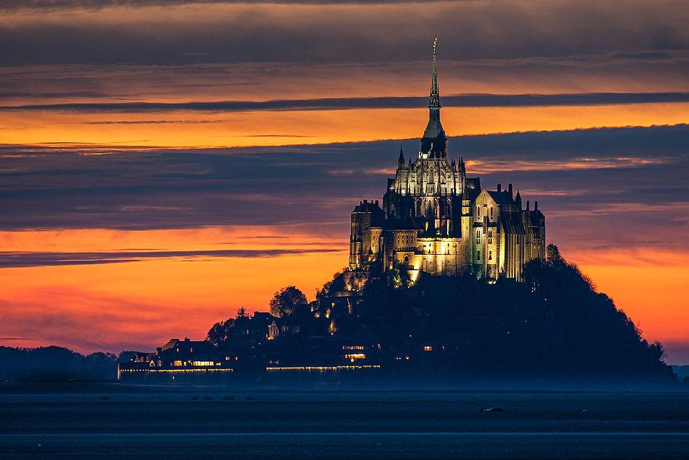 Le Mont-Saint-Michel au crépuscule en Normandie