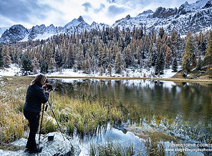 jeune femme photographiant un lac de montagne lors d'un stage photo de paysages dans le Queyras avec Christophe Courteau