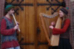 Iris en Luuk met harp en fluit voor kerkdeur
