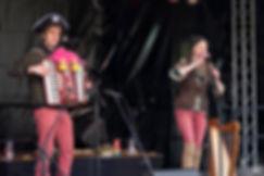 De Keltische Hobbits on stage met het Piratenlied op Elfia