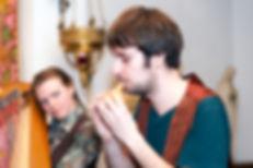 Luuk speelt Inktvisdans op de dubbelocarina tijdens CD presentatie