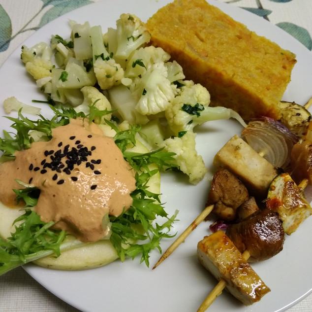 Menú complert amb coliflor saltejada, brotxetes de tofu, xampinyons i verdures i pastís de carbassa
