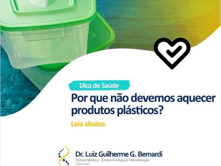 Por que não devemos aquecer produtos de plástico?