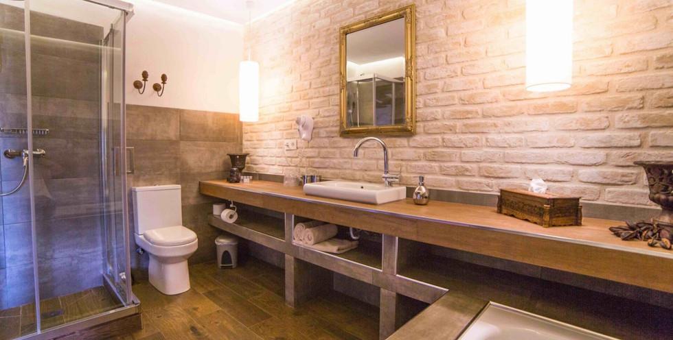 bathroom-with-tub-scaled-1920x1080_edite