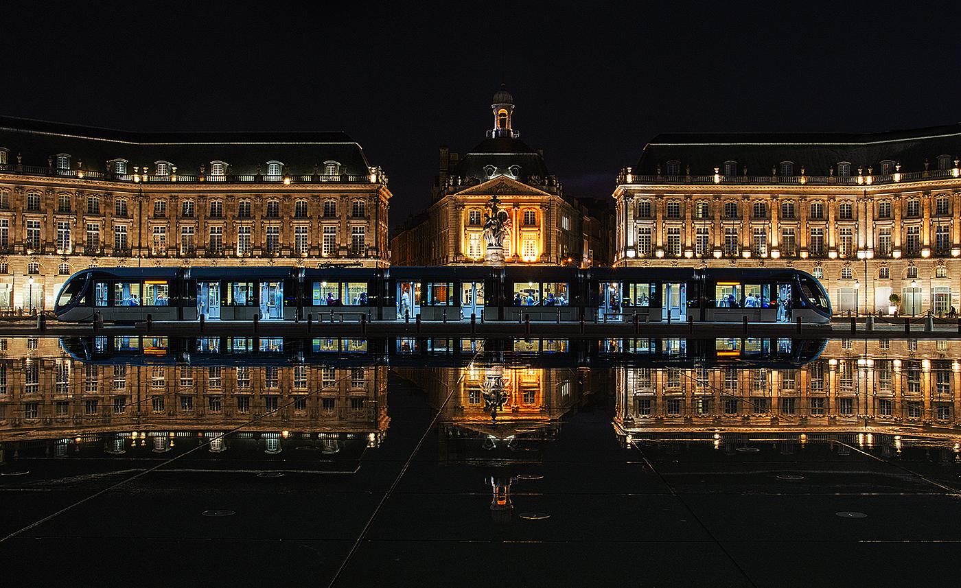 Night Tram Miroir d'eau  Bordeaux