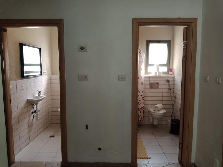 שני חדרי שרותים
