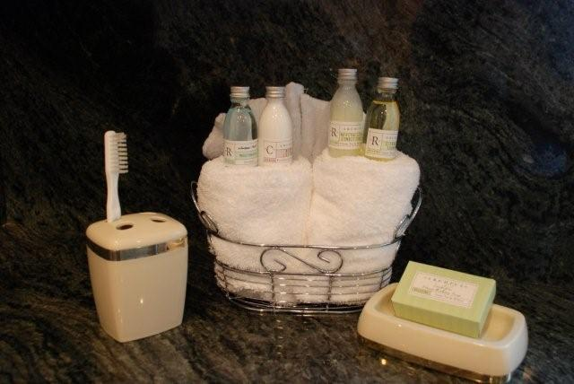 Sunshine Rentals Basic Bathroom Set