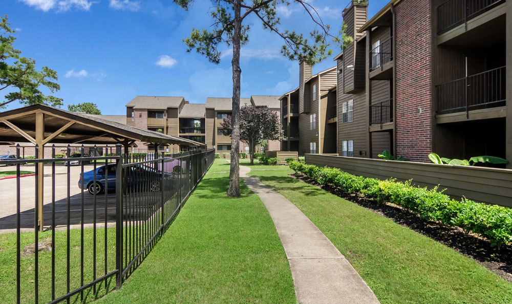 large-houston-apartments-covered-parking