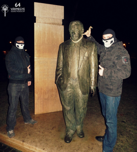 """A budapesti tagság a maga provokatív módján, de arra kívánja felhívni a figyelmet, hogy annak a Horn Gyulának ne lehessen szobra a Fővárosban, aki így nyilatkozott 1956-os szabadságharcunkról: """"…Én a pufajkás osztagban a törvényes rendet védtem…"""" Megkésett az a kötél, ugye… ugye…"""