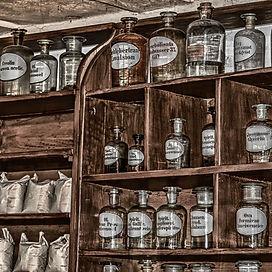 pharmacy-3377670_1920_edited.jpg