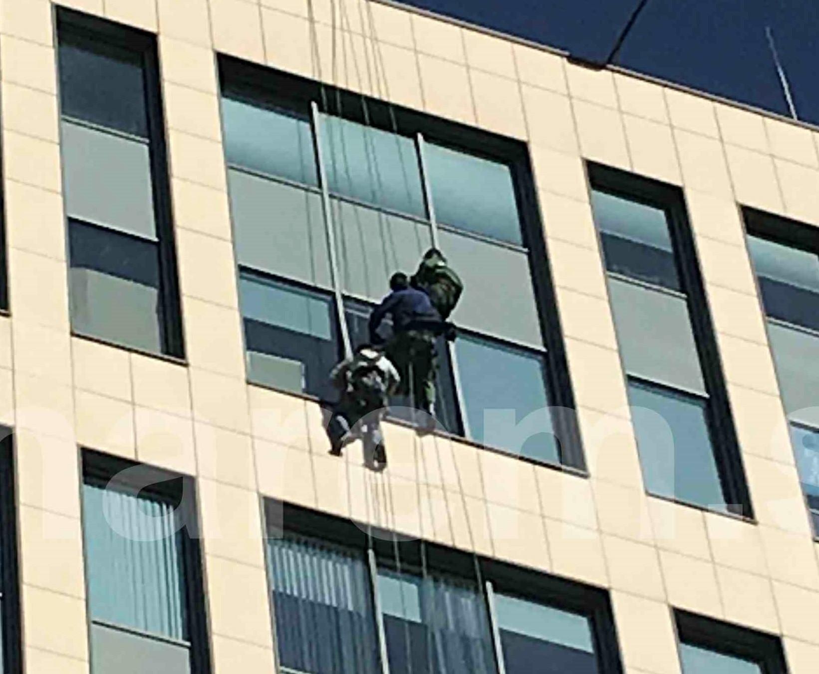 Замена стеклопакетов, установка окон для проветривания в фасаде БизнесЦентра Парк Мира