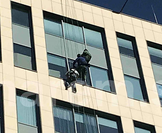 Замена стеклопакетов алпинистами в фасаде БЦ