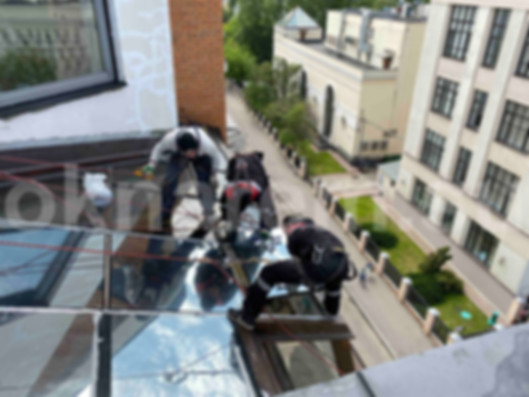 Замена стеклопакетов в светопрозрачной крыше альпинистами