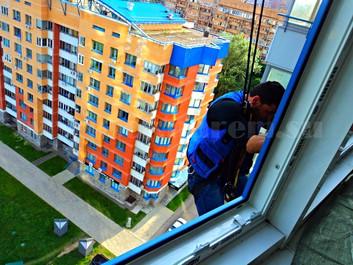 Услуги альпинистов в ремонте окон