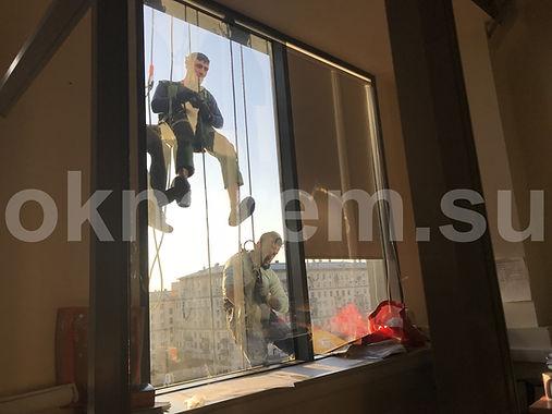 Установка окон альпинистами в фасадное остекление