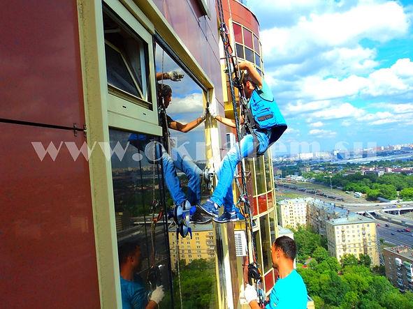 Замена стеклопакета большого размера - вес 170 кг., с применением услуг промышленного альпинизма на 26-ом этаже жилого комплекса Дубровская Слобода по улице Машиностроения дом 10