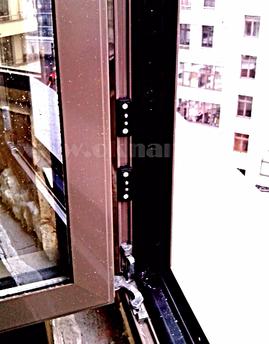 ОкнаРем. Контакты подключенного стеклопакета с подогревом в остеклении балкона