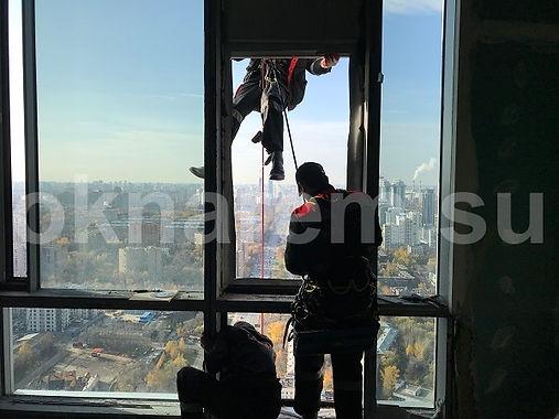 Замена стеклопакетов альпинистами в Доме на Мосфильмовской