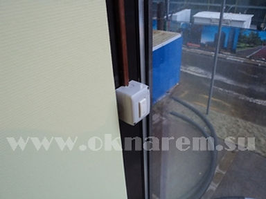 Клавишный переключатель реверсного управления дистанционного открывания фрамуги.