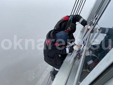Замена стеклопакетов в фасаде высотного здания