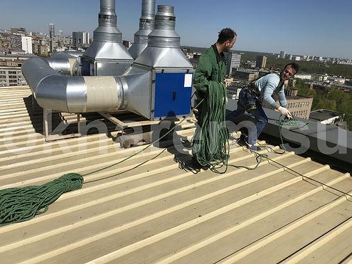 Крепление опорных канатов на крыше БЦ Парк Мира