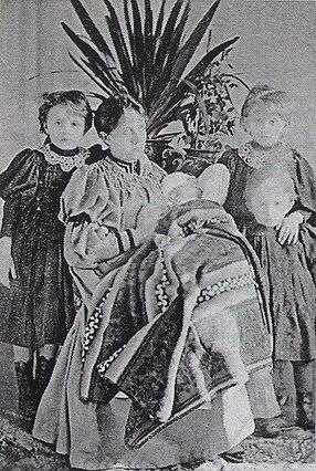 Мария Эдуардовна Булыгина с детьми.jpg