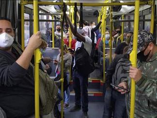 Ônibus contrariam determinação e viajam lotados na capital paulista