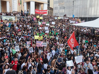Estudantes vão às ruas contra cortes na educação e reforma da Previdência
