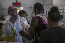 Campanha pede que padre Júlio Lancellotti seja o primeiro a tomar vacina em SP