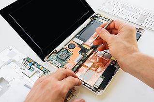 Réparation d'un ordinateur portable en cours