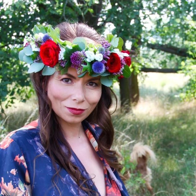 Boho Brautstyling mit Haarkranz aus echten Blumen