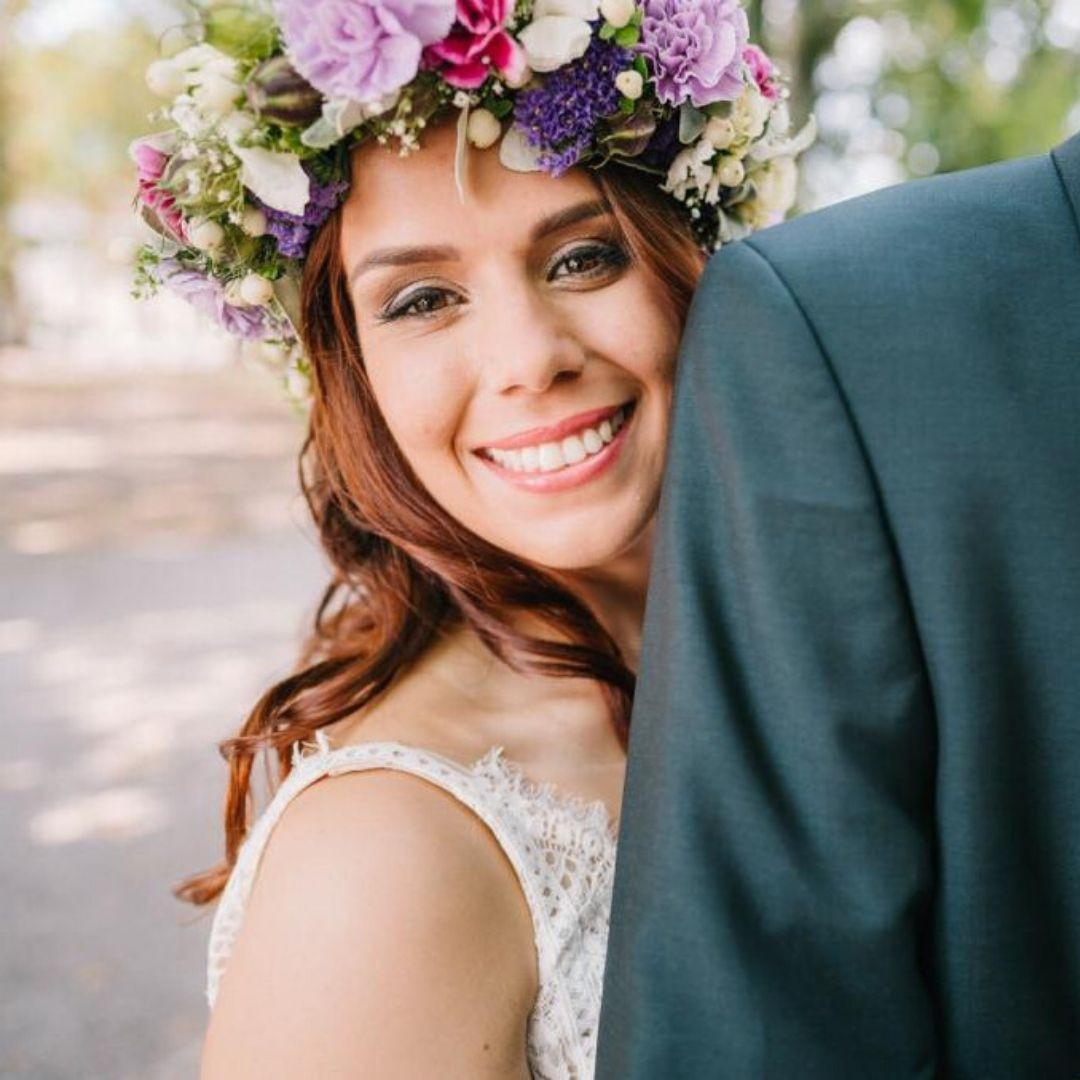 Brautstyling mit Haarkranz aus echten Blumen