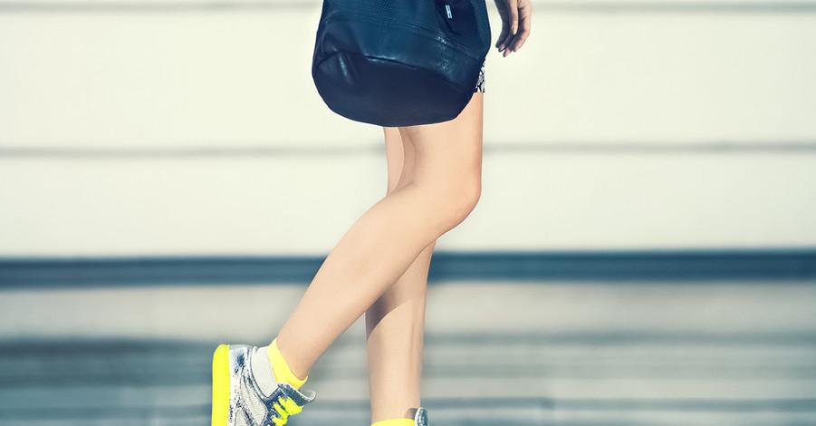 Menina com sapatilhas amarelas