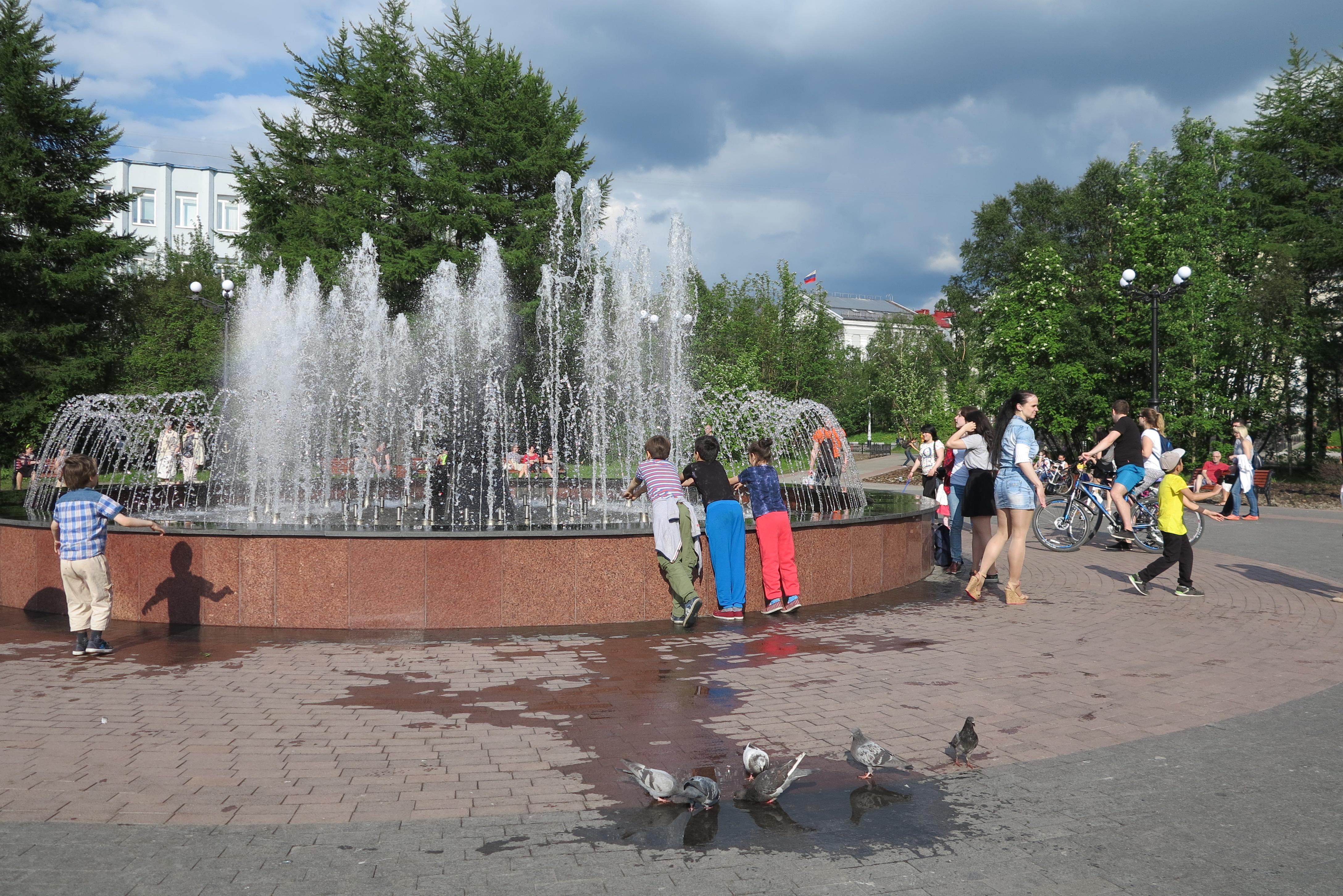 Фонтаны в центре в жаркий день