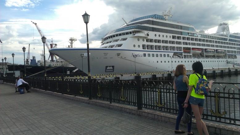 Круизный лайнер Nautica у причала морвокзала