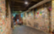 1280px-Gum_wall,_Seattle,_Washington,_Es