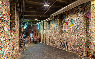 1280px-Gum_wall,_Seattle,_Washington,_Es