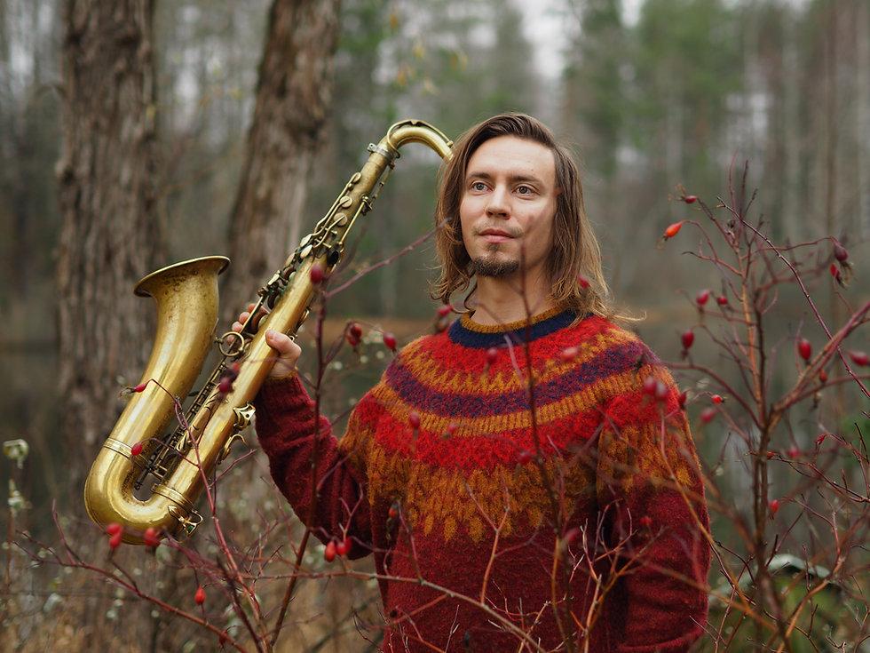 Pauli Lyytinen portretti saksofonin kans