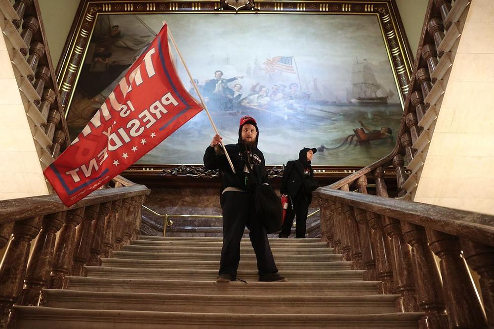 Un militant pro-Trump dans l'enceinte du Capitol états-uniens le mercredi 6 janvier 2021 .